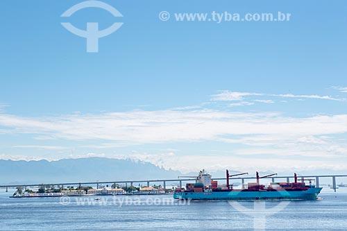Vista de navio cargueiro na Baía de Guanabara à partir da Orla Prefeito Luiz Paulo Conde  - Rio de Janeiro - Rio de Janeiro (RJ) - Brasil