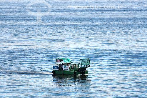 Detalhe do Ecoboat - barco com equipamentos que coletam os resíduos sólidos flutuantes na água - na Baía de Guanabara  - Rio de Janeiro - Rio de Janeiro (RJ) - Brasil
