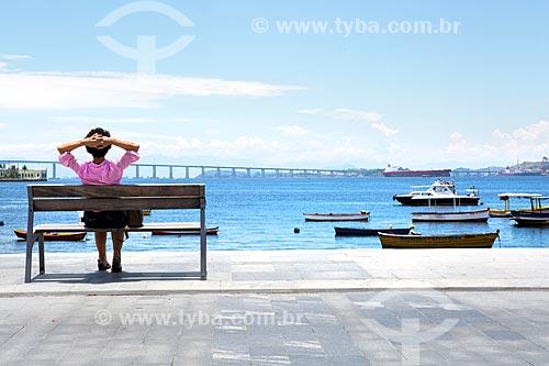 Mulher observando à paisagem a partir da Praça XV de Novembro  - Rio de Janeiro - Rio de Janeiro (RJ) - Brasil