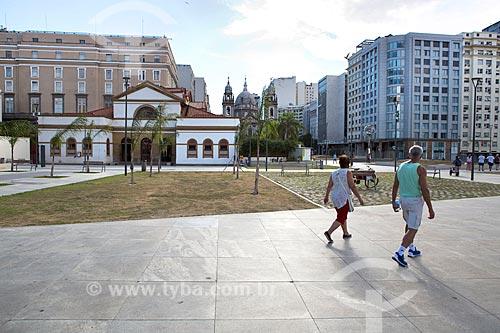 Vista da Praça da Candelária com a Casa França-Brasil (1820) e a Igreja de Nossa Senhora da Candelária (1609) ao fundo  - Rio de Janeiro - Rio de Janeiro (RJ) - Brasil