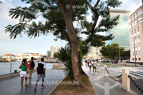 Pessoas caminhando na Orla Prefeito Luiz Paulo Conde  - Rio de Janeiro - Rio de Janeiro (RJ) - Brasil