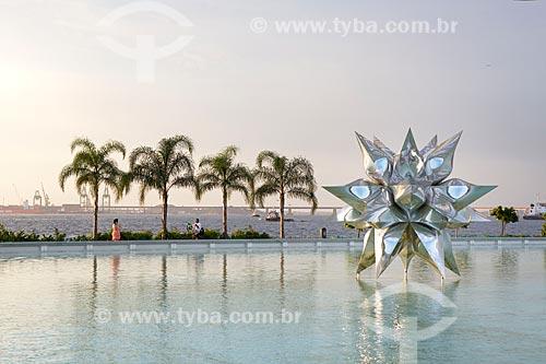 Escultura Diamante Estrela Semente de Frank Stella no espelho dágua do Museu do Amanhã durante o pôr do sol  - Rio de Janeiro - Rio de Janeiro (RJ) - Brasil