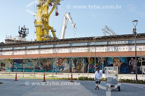 Pipoqueiro na Praça Muhammad Ali com armazém do Cais da Gamboa - Porto do Rio de Janeiro - ao fundo  - Rio de Janeiro - Rio de Janeiro (RJ) - Brasil