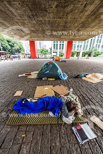 Morador de rua no pátio sob o Museu de Arte de São Paulo (MASP)  - São Paulo - São Paulo (SP) - Brasil