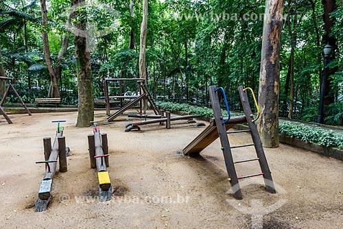 Brinquedos de parque feito com troncos de madeira no Parque Tenente Siqueira Campos - também conhecido como Parque Trianon  - São Paulo - São Paulo (SP) - Brasil