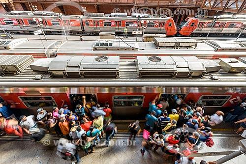 Vista de cima de passageiros embarcando em trem na plataforma da Estação da Luz  - São Paulo - São Paulo (SP) - Brasil