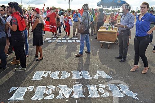 Fora Temer escrito no chão durante manifestação após a aprovação do impeachment da Presidente Dilma Rousseff no Senado Federal  - Brasília - Distrito Federal (DF) - Brasil