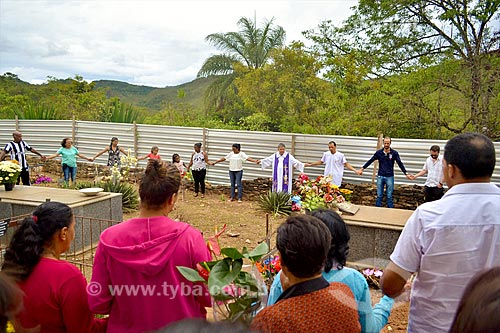 Oração durante a missa de 1 ano em homenagem aos mortos do rompimento da barragem de rejeitos de mineração da empresa Samarco em Mariana (MG)  - Mariana - Minas Gerais (MG) - Brasil
