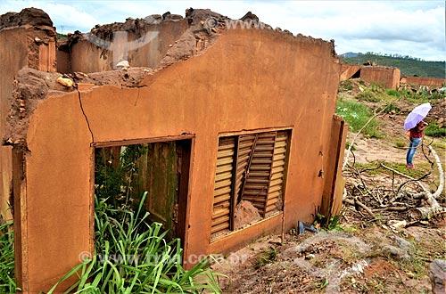 Ruína de casa 1 ano após o rompimento de barragem de rejeitos de mineração da empresa Samarco em Mariana (MG)  - Mariana - Minas Gerais (MG) - Brasil