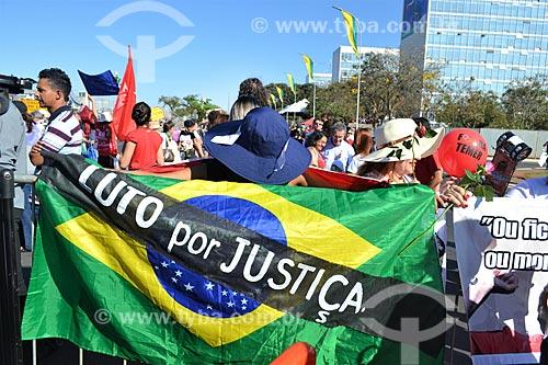 Manifestante enrolado na bandeira do Brasil com os dizeres: Luto por justiça - durante manifestação após a aprovação do impeachment da Presidente Dilma Rousseff  - Brasília - Distrito Federal (DF) - Brasil