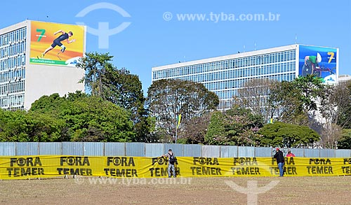 Faixa que diz: Fora Temer - na Esplanada dos Ministérios durante a sessão de julgamento do impeachment da Presidente Dilma Rousseff no Senado Federal  - Brasília - Distrito Federal (DF) - Brasil