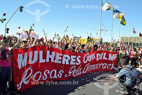 Faixa que diz: Mulheres com Dilma, Rosas pela Democracia - na Esplanada dos Ministérios durante a sessão de julgamento do impeachment da Presidente Dilma Rousseff no Senado Federal  - Brasília - Distrito Federal (DF) - Brasil