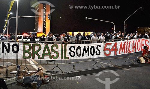 Faixa que diz: No Brasil somos 54 milhões - na Esplanada dos Ministérios durante a sessão de julgamento do impeachment da Presidente Dilma Rousseff no Senado Federal  - Brasília - Distrito Federal (DF) - Brasil