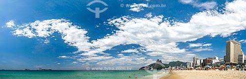 Banhistas na Praia de Ipanema com o Monumento Natural das Ilhas Cagarras e o Morro Dois Irmãos ao fundo  - Rio de Janeiro - Rio de Janeiro (RJ) - Brasil