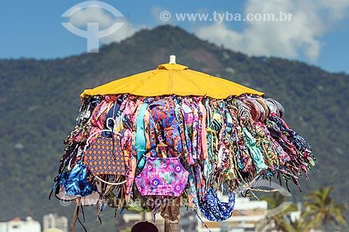 Vendedor ambulante de roupa de praia na orla da praia de Ipanema  - Rio de Janeiro - Rio de Janeiro (RJ) - Brasil