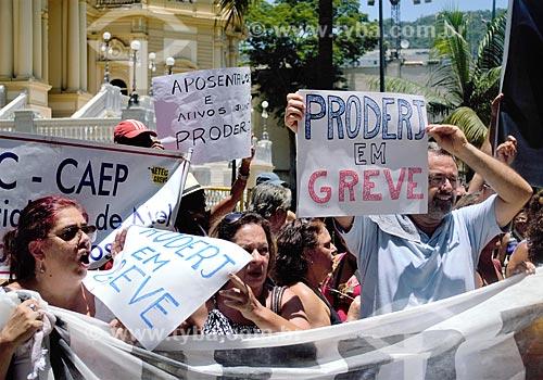 Manifestação de servidores públicos na Rua Pinheiro Machado em frente ao Palácio Guanabara (1853) - sede do Governo do Estado  - Rio de Janeiro - Rio de Janeiro (RJ) - Brasil
