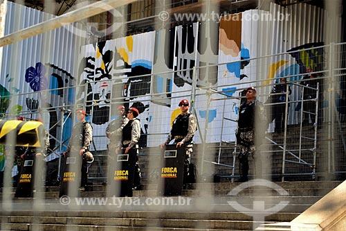 Tropa de choque da Força Nacional de Segurança Pública formando cordão de isolamento na Assembléia Legislativa do Estado do Rio de Janeiro (ALERJ) durante Protesto de servidores públicos  - Rio de Janeiro - Rio de Janeiro (RJ) - Brasil