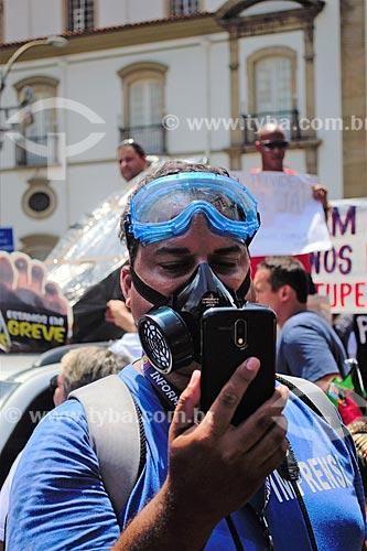 Fotógrafo com Equipamento de Proteção Individual para o caso de um conflito  - Rio de Janeiro - Rio de Janeiro (RJ) - Brasil