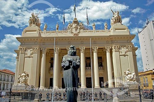 Escultura de Joaquim José da Silva Xavier (Tiradentes) - 1926 - com a Assembléia Legislativa do Estado do Rio de Janeiro (ALERJ) ao fundo  - Rio de Janeiro - Rio de Janeiro (RJ) - Brasil