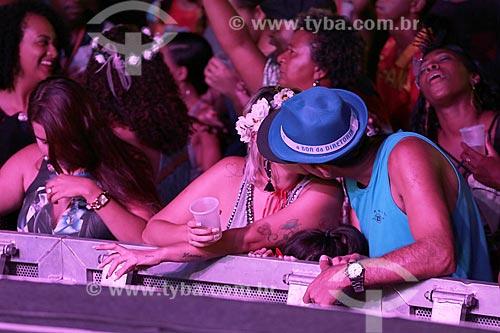 Casal se beijando durante show do cantor Beleleu no Terreirão do Samba durante o carnaval  - Rio de Janeiro - Rio de Janeiro (RJ) - Brasil