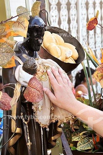 Fiel rezando para imagem de São Benedito durante a Festa de São Benedito  - Aparecida - São Paulo (SP) - Brasil