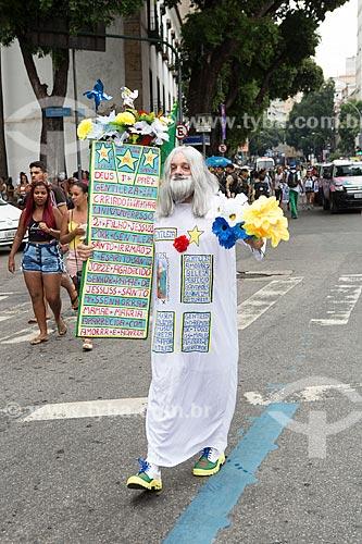 Folião fantasiado de Profeta Gentileza durante o desfile do bloco de carnaval de rua Cordão do Bola Preta  - Rio de Janeiro - Rio de Janeiro (RJ) - Brasil