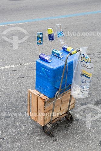 Isopor com bebidas à venda na Rua Primeiro de Março durante o desfile do bloco de carnaval de rua Cordão do Bola Preta  - Rio de Janeiro - Rio de Janeiro (RJ) - Brasil