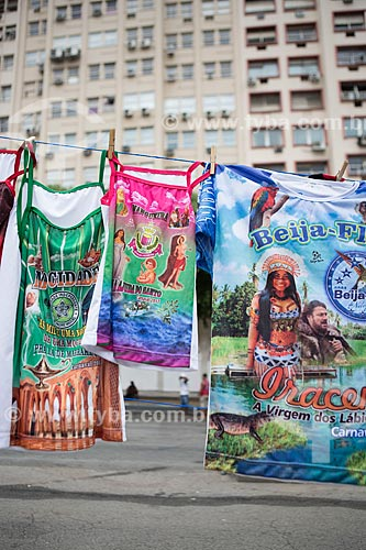 Camisetas de escolas de samba à venda durante o desfile do bloco de carnaval de rua Cordão do Bola Preta  - Rio de Janeiro - Rio de Janeiro (RJ) - Brasil