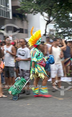 Vendedora ambulante fantasiada durante o desfile do bloco de carnaval de rua Banda de Ipanema na Rua Prudente de Moraes  - Rio de Janeiro - Rio de Janeiro (RJ) - Brasil