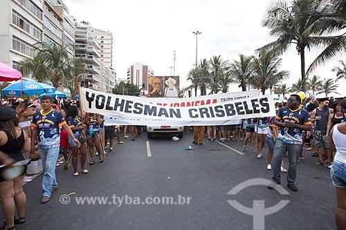 Faixa com os dizeres: Yolhesman Crisbeles - lema do bloco de carnaval de rua Banda de Ipanema - durante o desfile na Avenida Vieira Souto  - Rio de Janeiro - Rio de Janeiro (RJ) - Brasil