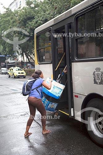 Vendedor ambulante subindo em ônibus na Avenida Ataúfo de Paiva  - Rio de Janeiro - Rio de Janeiro (RJ) - Brasil