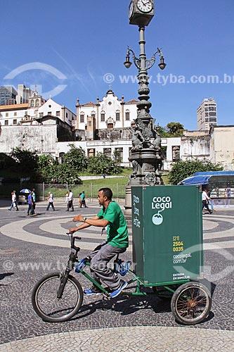 Carrinho de entrega de água de cocô no Largo da Carioca com o Igreja e Convento de Santo Antônio do Rio de Janeiro ao fundo  - Rio de Janeiro - Rio de Janeiro (RJ) - Brasil