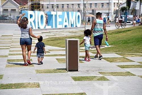 Casal e crianças passeando na Praça Mauá com letreiro com os dizeres: Rio Te Amo - ao fundo  - Rio de Janeiro - Rio de Janeiro (RJ) - Brasil