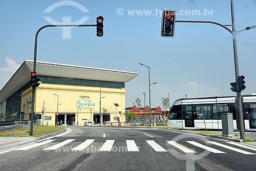 Semáforo fechado na Via Binário do Porto para a passagem do veículo leve sobre trilhos com AquaRio - aquário marinho da cidade do Rio de Janeiro - ao fundo  - Rio de Janeiro - Rio de Janeiro (RJ) - Brasil