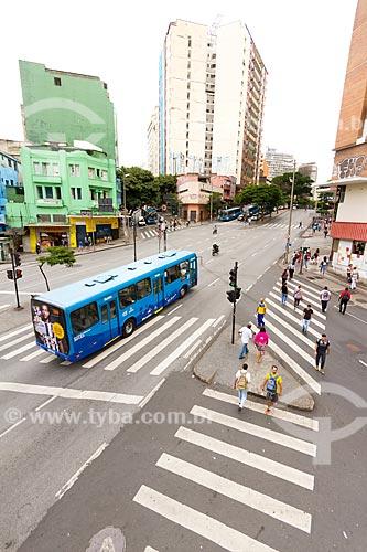 Ônibus no Corredor MOVE Área Central - Sistema de Transporte Rápido por Ônibus da cidade de Belo Horizonte - na esquina da Avenida Amazonas com a Avenida Curitiba  - Belo Horizonte - Minas Gerais (MG) - Brasil