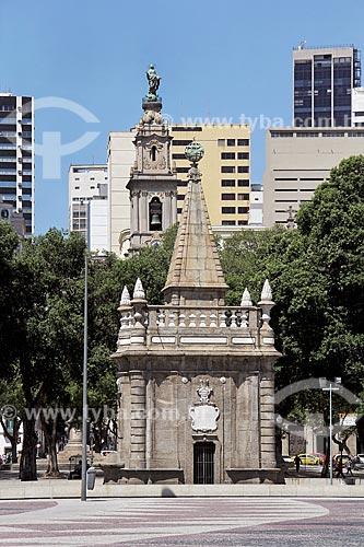 Chafariz do Mestre Valentim (1789) - também conhecido com Chafariz da Pirâmide - com a Igreja de Nossa Senhora do Carmo (1770) - antiga Catedral do Rio de Janeiro - ao fundo  - Rio de Janeiro - Rio de Janeiro (RJ) - Brasil