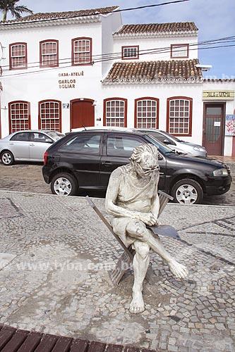 Estátua de Carlos Scliar com a Casa-Ateliê Carlos Scliar ao fundo  - Cabo Frio - Rio de Janeiro (RJ) - Brasil