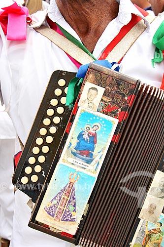 Detalhe de folião de congada tocando acordeon durante a Festa de São Benedito  - Aparecida - São Paulo (SP) - Brasil