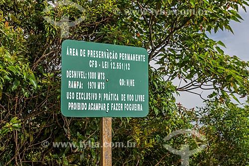 Placa indicando altura da rampa do Pico da Caledônia no Parque Estadual dos Três Picos  - Nova Friburgo - Rio de Janeiro (RJ) - Brasil