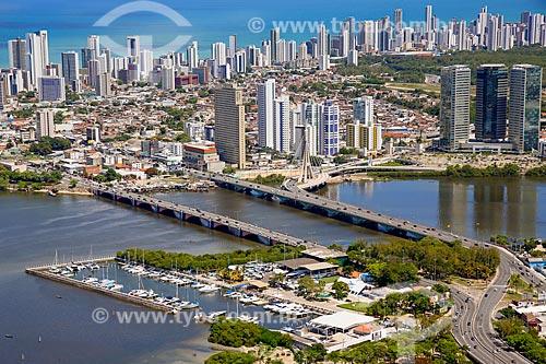 Foto aérea do Cabanga Iate Clube de Pernambuco com a Ponte Governador Paulo Guerra e a Ponte Governador Agamenon Magalhães  - Recife - Pernambuco (PE) - Brasil