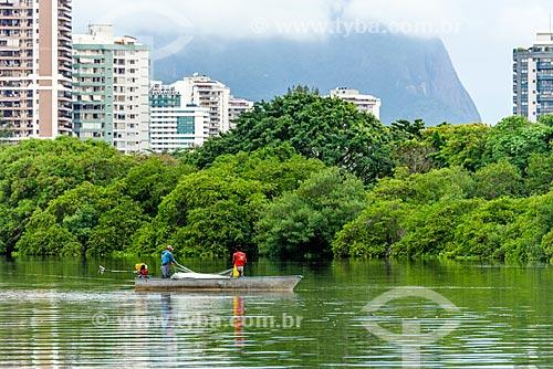 Pescadores na Lagoa de Marapendi com prédios do bairro da Barra da Tijuca ao fundo  - Rio de Janeiro - Rio de Janeiro (RJ) - Brasil