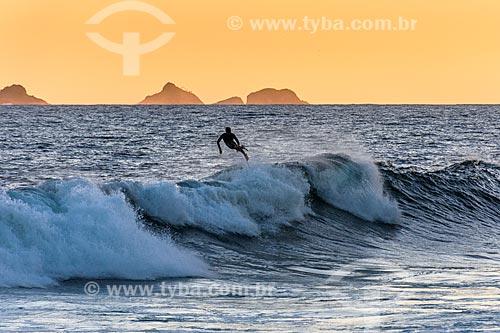 Surfista na Praia de Ipanema durante o pôr do sol  - Rio de Janeiro - Rio de Janeiro (RJ) - Brasil