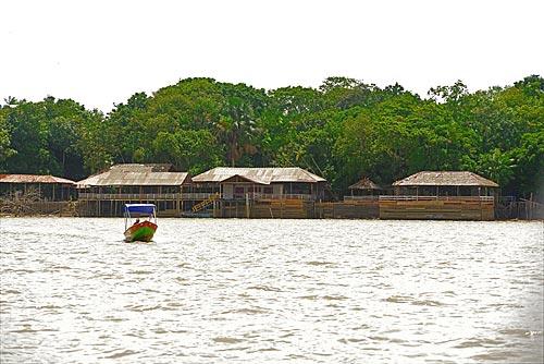 Barco no Rio Guamá com comunidade da Ilha do Combu ao fundo  - Belém - Pará (PA) - Brasil