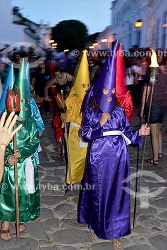 Crianças fantasiadas de farricocos durante a Procissão do Fogaréu na cidade de Goiás  - Goiás - Goiás (GO) - Brasil
