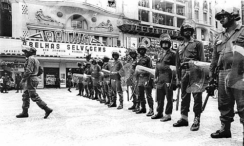 Repressão às manifestações durante o Regime Militar na Cinelândia com o Cine Pathé ao fundo  - Rio de Janeiro - Rio de Janeiro (RJ) - Brasil