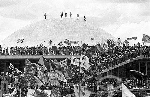 Pessoas comemorando a eleição de Tancredo Neves no Congresso Nacional  - Brasília - Distrito Federal (DF) - Brasil