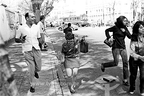 Agente à paisana do Serviço Nacional de Informações reprimindo manifestação durante o Regime Militar na Avenida Pasteur  - Rio de Janeiro - Rio de Janeiro (RJ) - Brasil
