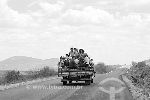 Transporte irregular de romeiros em caminhonete - também chamado de Pau de arara - para a romaria na cidade de Monte Santo  - Monte Santo - Bahia (BA) - Brasil