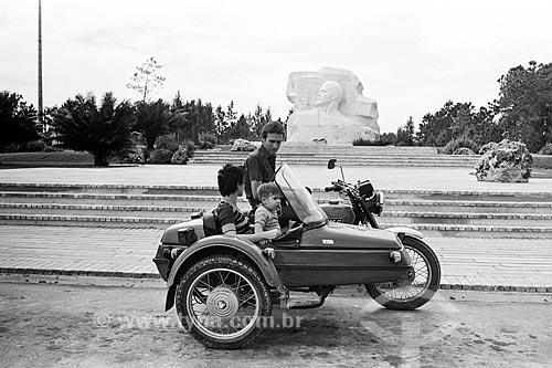 Família em motocicleta com sidecar no Parque Lenin com busto de mármore de Lenin ao fundo  - Havana - Província de Ciudad de La Habana - Cuba