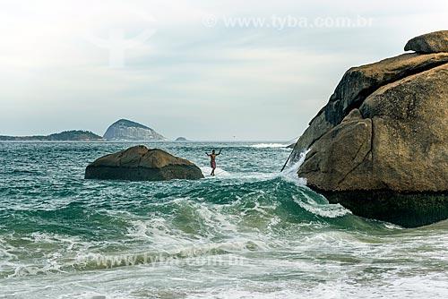 Praticante de slackline na Praia do Vidigal com o Monumento Natural das Ilhas Cagarras ao fundo  - Rio de Janeiro - Rio de Janeiro (RJ) - Brasil